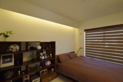 モノトーンの空間 (シックなテイストでまとめた寝室)