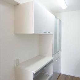 白を基調に空間を広く (キッチン)