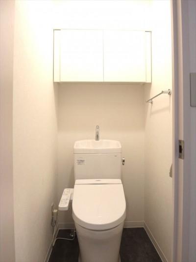 トイレ (白を基調に空間を広く)