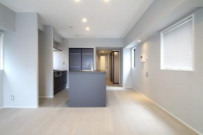 LDK (グレートーンの空間に明るい陽を入れ、間取りの中心にⅡ型キッチンを。)