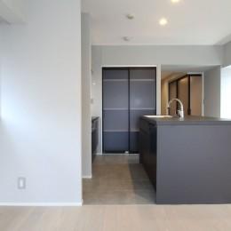 グレートーンの空間に明るい陽を入れ、間取りの中心にⅡ型キッチンを。