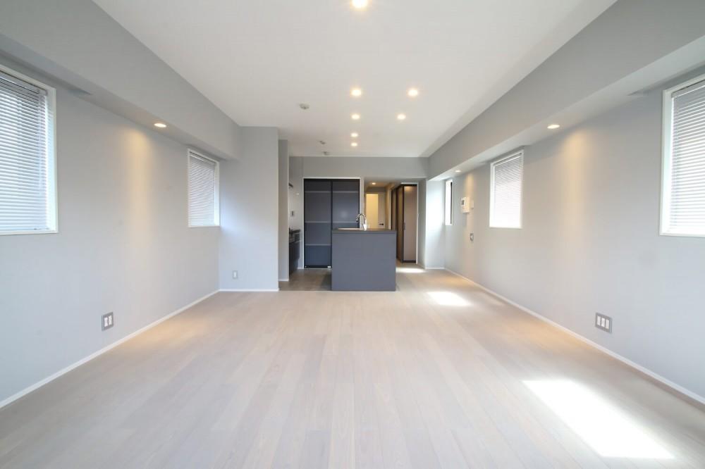 グレートーンの空間に明るい陽を入れ、間取りの中心にⅡ型キッチンを。 (LDK)