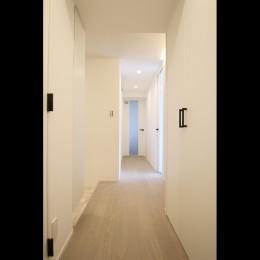グレートーンの空間に明るい陽を入れ、間取りの中心にⅡ型キッチンを。 (ホール)
