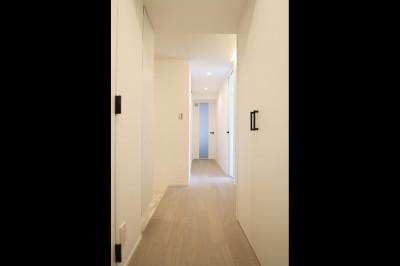 ホール (グレートーンの空間に明るい陽を入れ、間取りの中心にⅡ型キッチンを。)