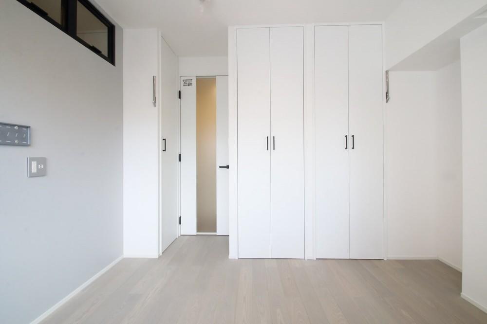 グレートーンの空間に明るい陽を入れ、間取りの中心にⅡ型キッチンを。 (寝室)