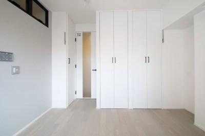 寝室 (グレートーンの空間に明るい陽を入れ、間取りの中心にⅡ型キッチンを。)