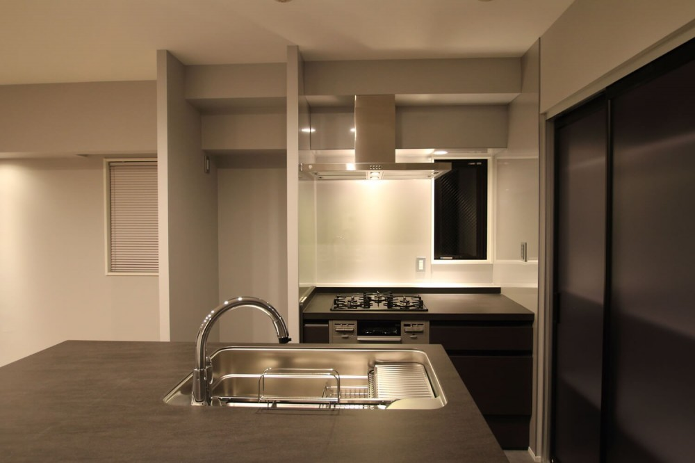 グレートーンの空間に明るい陽を入れ、間取りの中心にⅡ型キッチンを。 (キッチン)