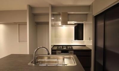 キッチン|グレートーンの空間に明るい陽を入れ、間取りの中心にⅡ型キッチンを。
