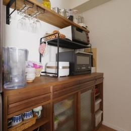 T邸_シックな空間が家族の時間を包む (キッチン収納)