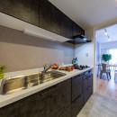 モルタル仕上げの壁がアクセントの写真 キッチン