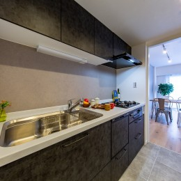 モルタル仕上げの壁がアクセント (キッチン)