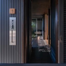 木デッキテラスから玄関門扉へ (「垂坂山の家」デッキコートとつながる家)