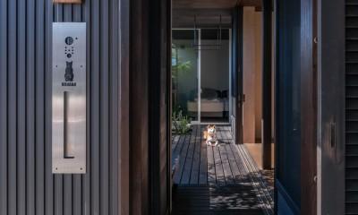 「垂坂山の家」デッキコートとつながる家 (木デッキテラスから玄関門扉へ)