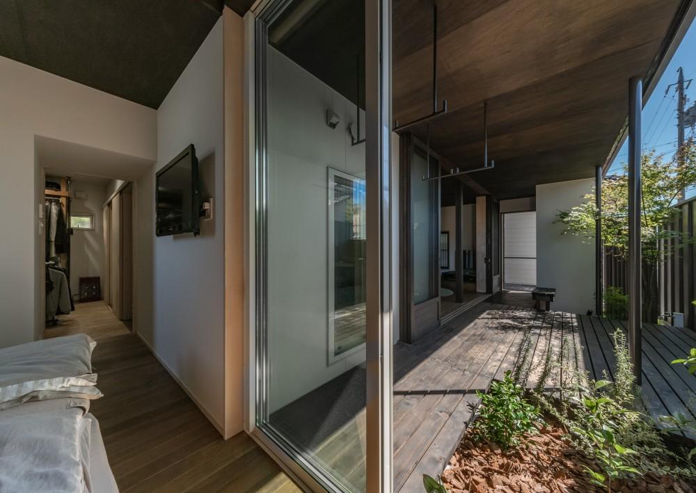 「垂坂山の家」デッキコートとつながる家 (ベッドルームから木デッキテラス、ウォークインクロゼットへ)