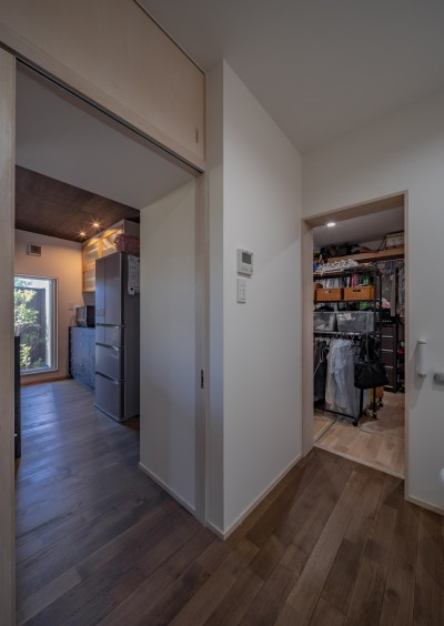 「垂坂山の家」デッキコートとつながる家 (洗面脱衣室から左側はキッチン、右側はウォークインクロゼットへ)