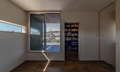 「垂坂山の家」デッキコートとつながる家 (2階の予備室からテラスと書斎)
