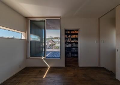 2階の予備室からテラスと書斎 (「垂坂山の家」デッキコートとつながる家)