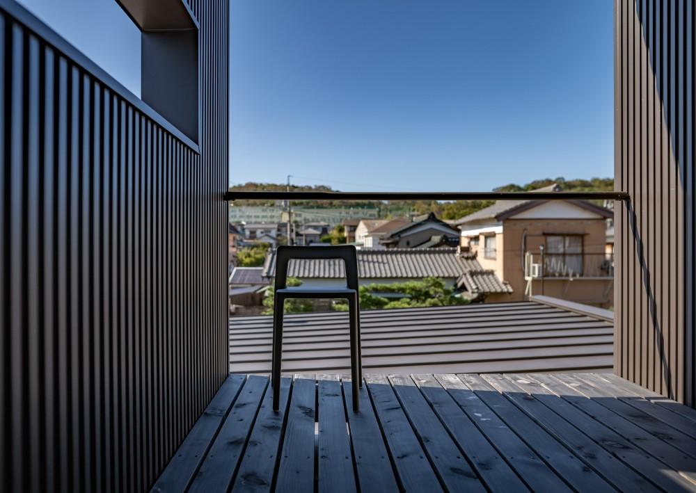 「垂坂山の家」デッキコートとつながる家 (2階のテラスから見える垂坂山)