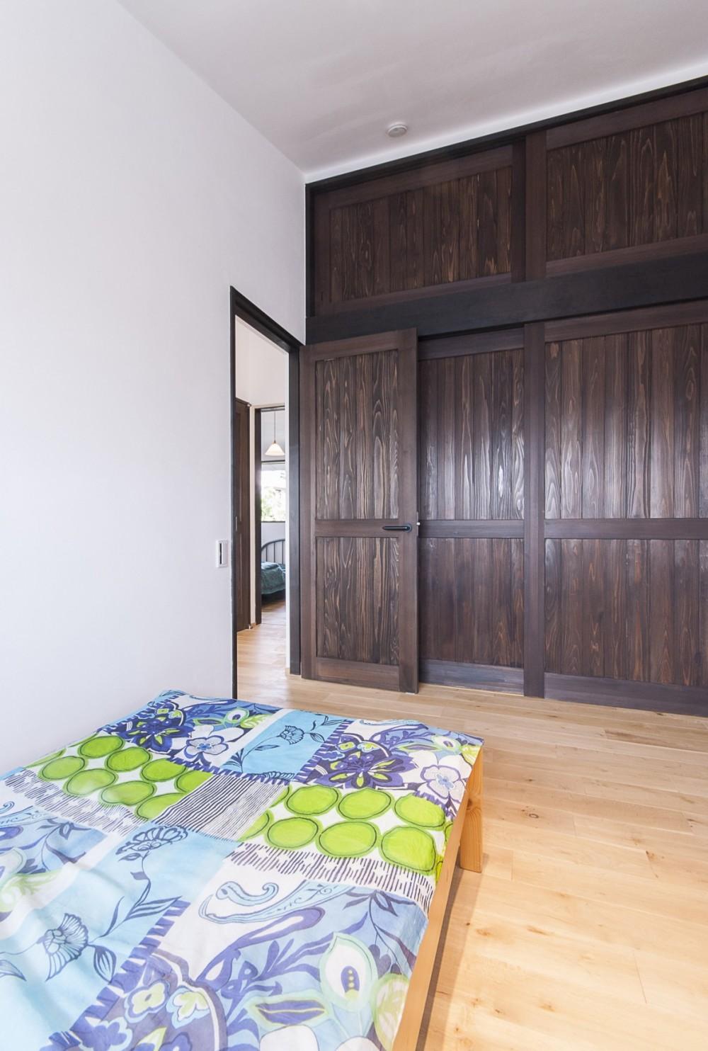 アレルギー反応を持つ子供が住むための和モダン住宅/美しい空気の家 (寝室)