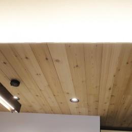 柔らかな灯りの間接照明 (羽目板天井)
