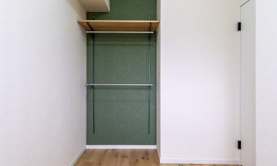 モルタル仕上げの壁がアクセント (洋室)