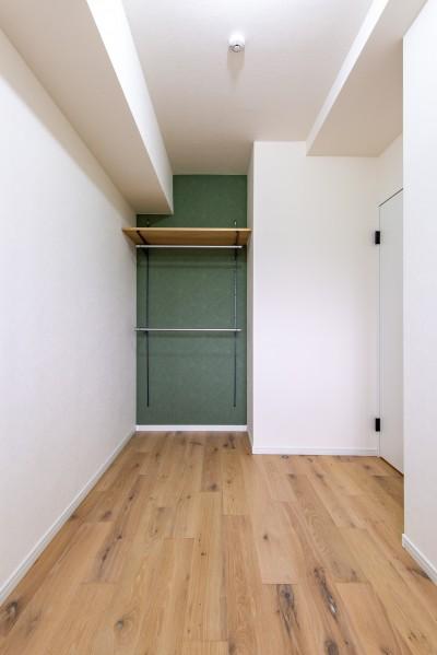 洋室 (モルタル仕上げの壁がアクセント)