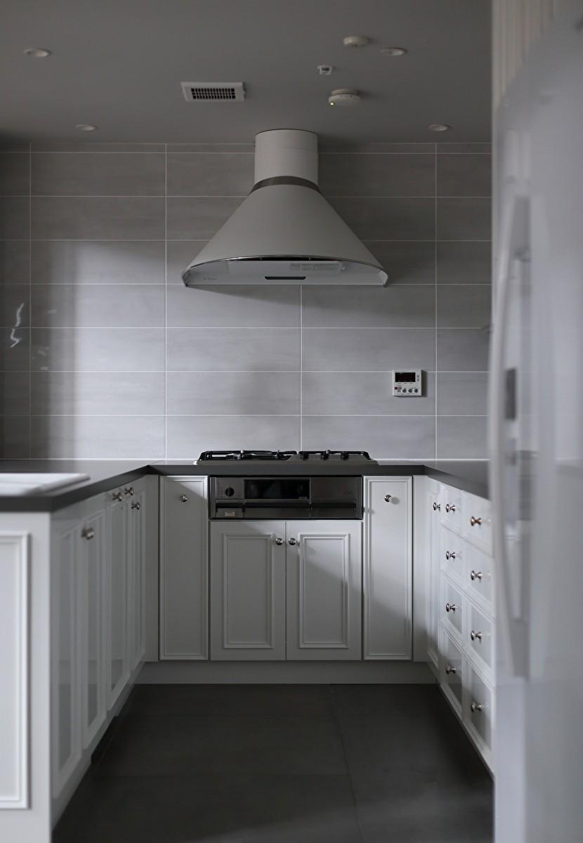 Y邸 (ホワイトとグレーでシックな印象のキッチン)