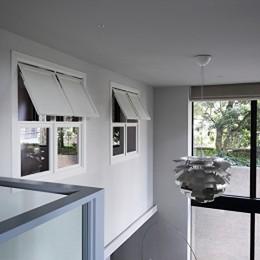 Y邸 (リビングを見下ろせる室内窓)