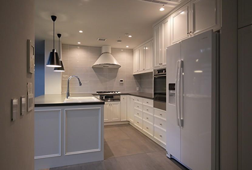 Y邸 (ホワイトが基調の広々キッチン)