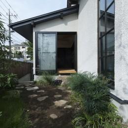 アレルギー反応を持つ子供が住むための和モダン住宅/美しい空気の家 (【和モダン住宅】主庭)