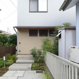 埼玉県北鴻巣の家 (駐車スペースからエントランスへ)