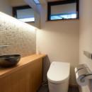 埼玉県北鴻巣の家の写真 鏡と照明のある明るいトイレ