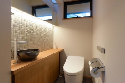 鏡と照明のある明るいトイレ (埼玉県北鴻巣の家)