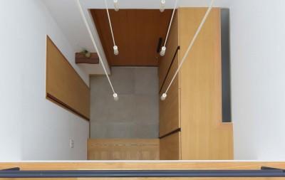 2階廊下から玄関を見下ろす (埼玉県北鴻巣の家)