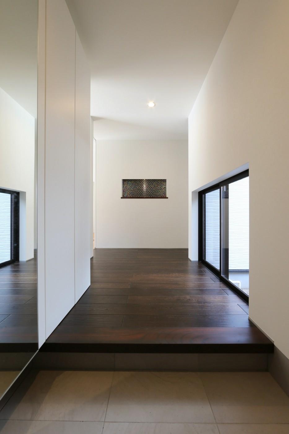 こだわりの家具や雑貨の世界観を楽しめる家 (玄関ホール)