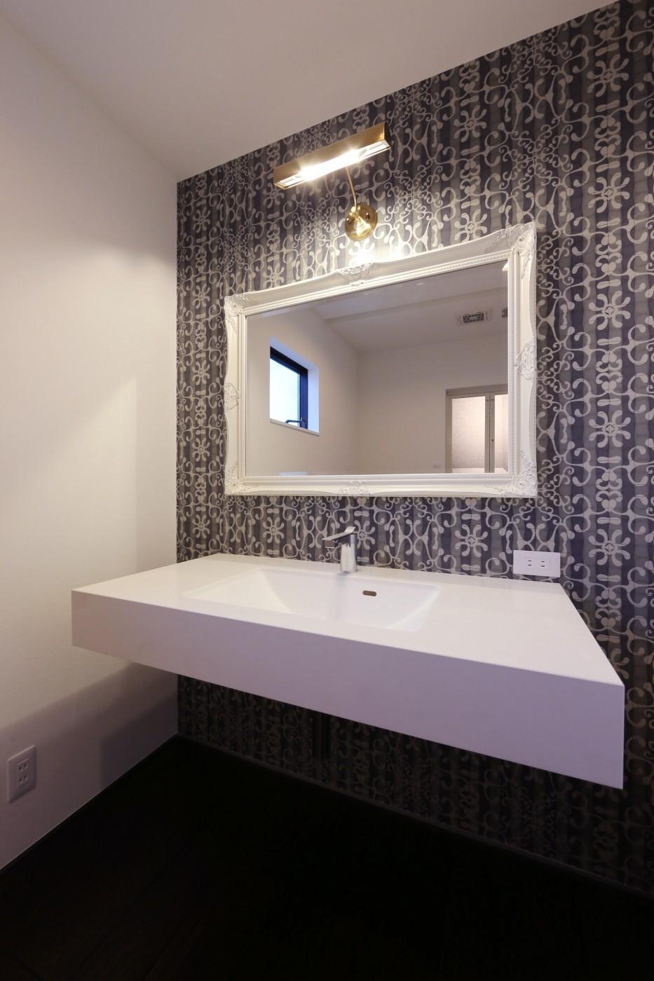 バス/トイレ事例:洗面所(こだわりの家具や雑貨の世界観を楽しめる家)