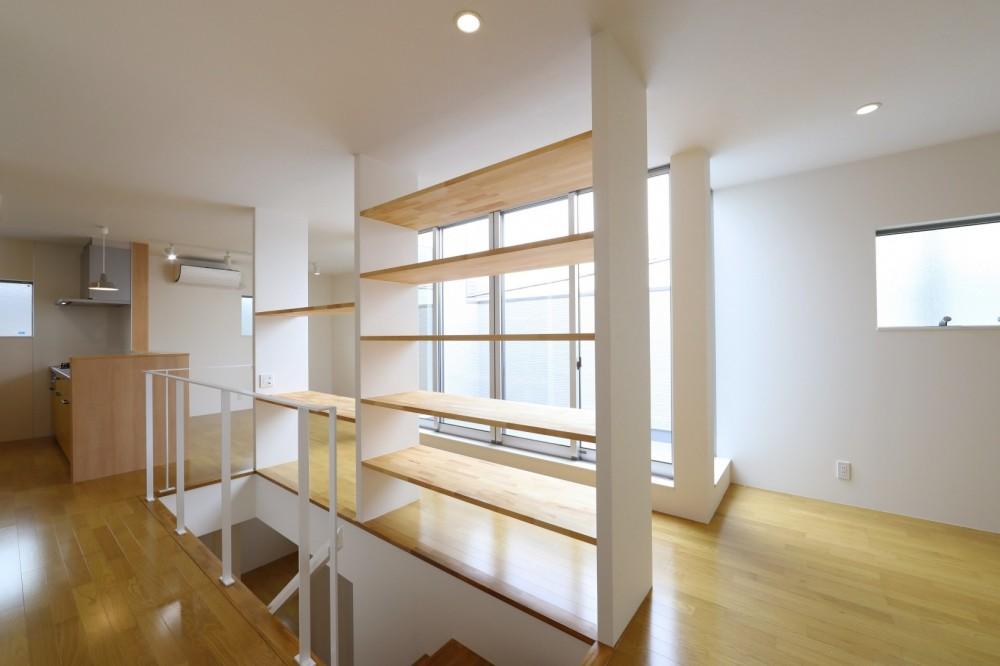 プライバシーも確保した開放的な明るいリビング (階段)