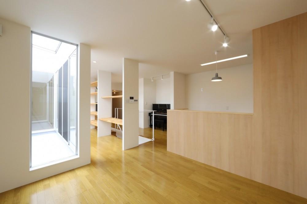 プライバシーも確保した開放的な明るいリビング (ダイニング/キッチン)