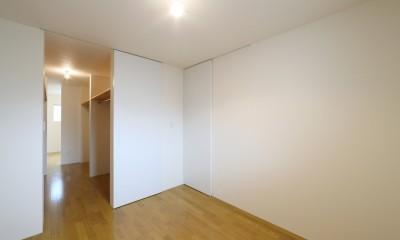 プライバシーも確保した開放的な明るいリビング (寝室)