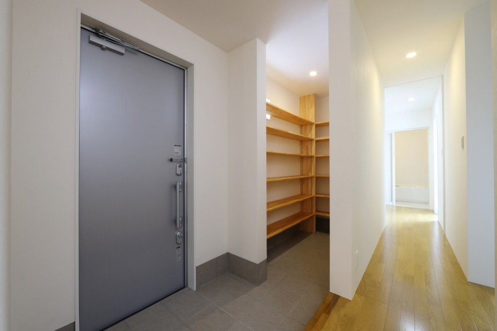 プライバシーも確保した開放的な明るいリビング (玄関ホール)