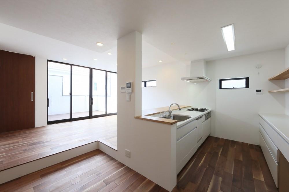キッチンから空が見える癒し空間のある家。 (キッチン)