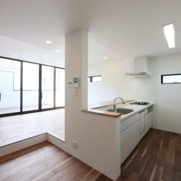キッチンから空が見える癒し空間のある家。