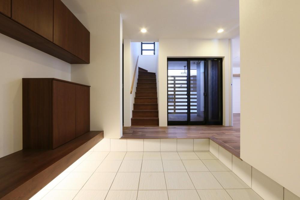 キッチンから空が見える癒し空間のある家。 (玄関ホール)