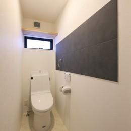 キッチンから空が見える癒し空間のある家。 (トイレ)