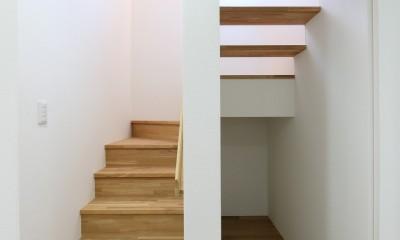 青空に映える漆黒の住まい。 (階段)