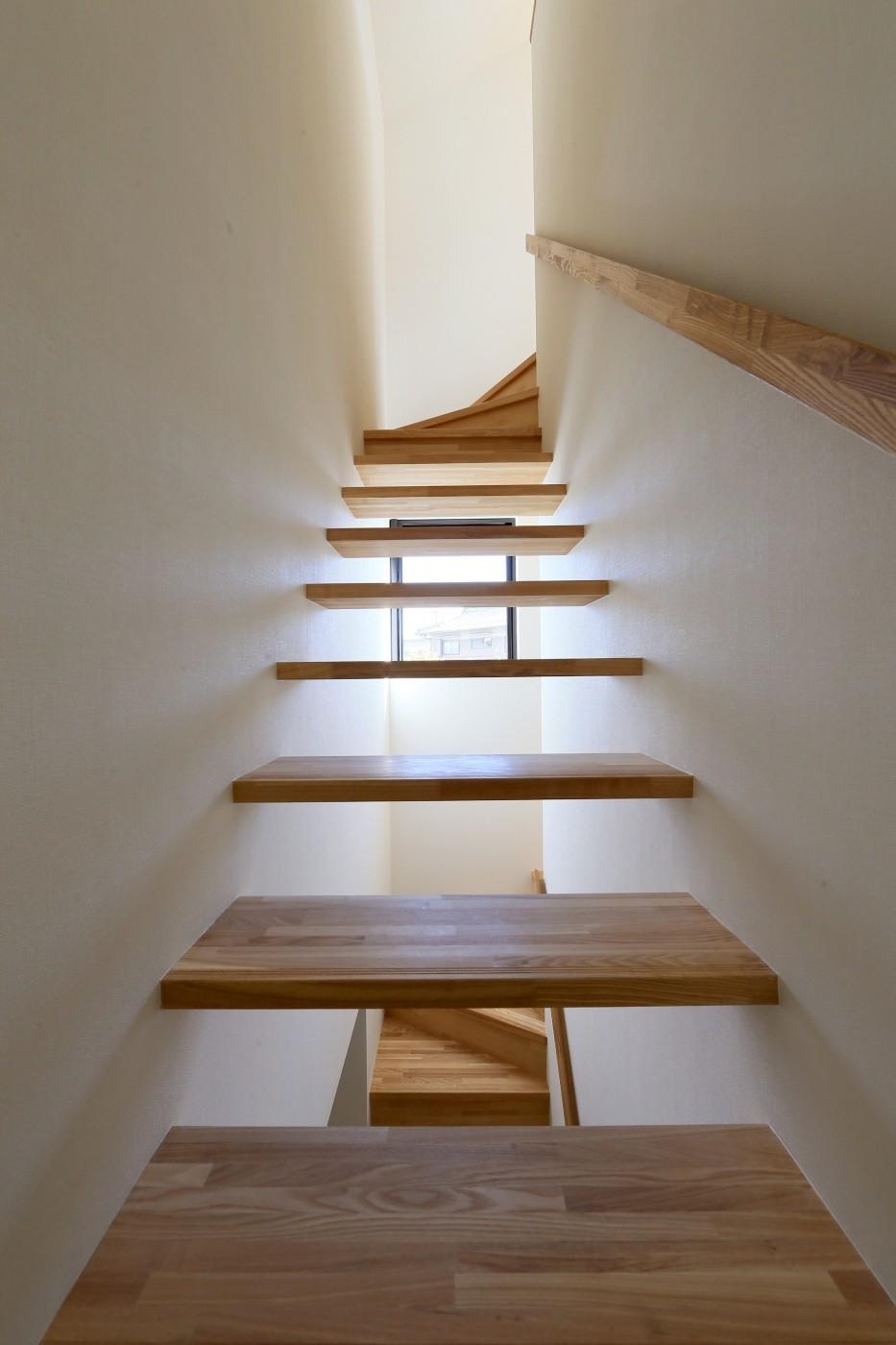 シンプルな顔にもデザイン性を重視した家。 (階段)