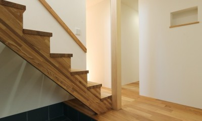シンプルな顔にもデザイン性を重視した家。 (玄関ホール)