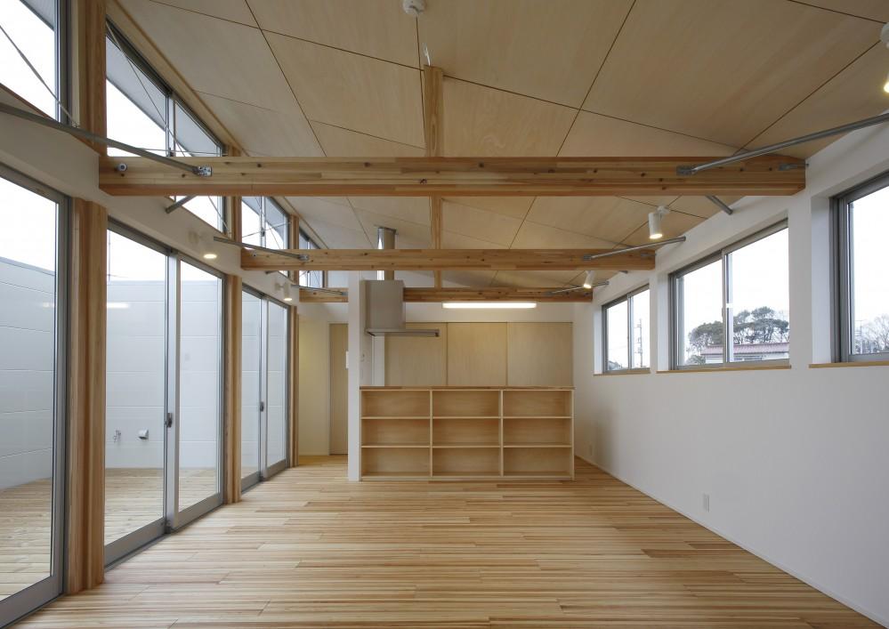 鎌取の家 (食堂・居間・畳の間と一体的な台所。)