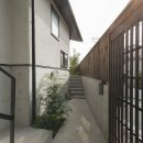 アレルギー反応を持つ子供が住むための和モダン住宅/美しい空気の家の写真 玄関アプローチ