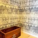モルタル仕上げの壁がアクセントの写真 ウォークインクローゼット
